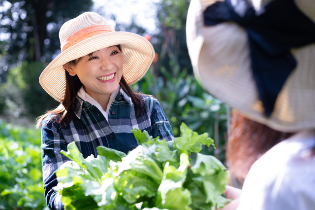 収穫を喜ぶ女性
